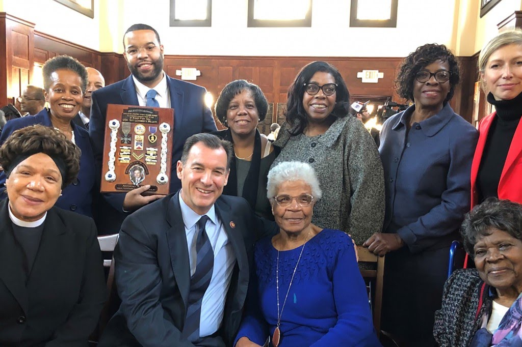 Tom Suozzi with family of Hellfighter.